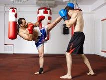 争吵在健身房的Kickbox战斗机 库存照片