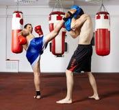 争吵在健身房的Kickbox战斗机 免版税库存照片