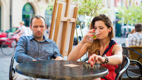 争吵在咖啡馆的男人和妇女夫妇。特写镜头。 库存照片