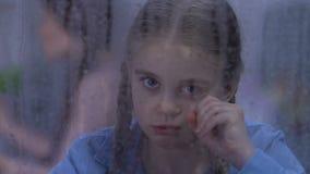 争吵女孩哭泣的一会儿的父母,家庭行为不端受害者,缺乏爱 股票视频