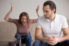争吵年轻的夫妇,歇斯底里的妻子尖叫对丈夫, 免版税库存照片