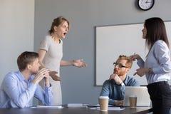 争执在公司办公室会议上的女实业家同事, 免版税图库摄影