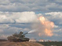争斗主要俄国射击坦克 免版税图库摄影
