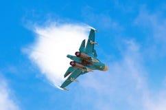 争斗喷气式歼击机航空器飞行潜水打破在蓝天的云彩 免版税库存图片