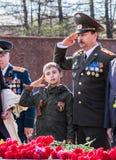 40争斗已经来然而荣誉称号比那里更放置内存纪念碑在通过的爱国人位置可能的战士对未知的退伍军人胜利战争几年的日永恒法西斯主义花荣耀了不起的英雄 Izhevsk, 5月9日 免版税图库摄影