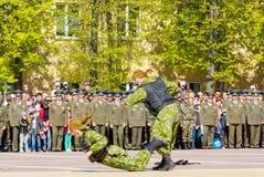 40争斗已经来然而荣誉称号比那里更放置内存纪念碑在通过的爱国人位置可能的战士对未知的退伍军人胜利战争几年的日永恒法西斯主义花荣耀了不起的英雄 库存照片