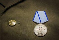40争斗已经来然而荣誉称号比那里更放置内存纪念碑在通过的爱国人位置可能的战士对未知的退伍军人胜利战争几年的日永恒法西斯主义花荣耀了不起的英雄 勋章在军用夹克的 图库摄影