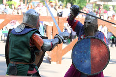 争斗的两个中世纪骑士 免版税库存照片