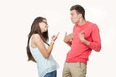 争论恼怒的夫妇互相尖叫 在空白背景射击的工作室 在关系的龃龉 分歧 库存照片
