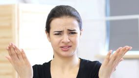 争论恼怒的妇女,不快乐在她的办公室 库存图片