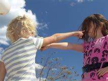 争论指向二的女孩 免版税库存照片