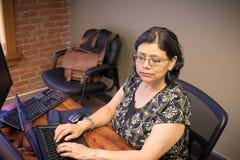 事业有思想女性专业繁忙工作 免版税库存图片