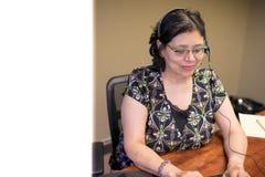 事业有思想的女性专家在办公室 免版税图库摄影