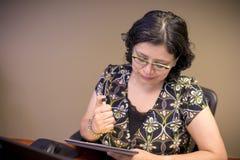 事业有思想的女性专家在工作 库存图片