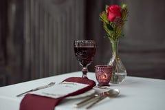 事件的表与花瓶,毛巾和酒杯 库存照片
