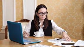 事务、人们和技术概念-在镜片的商人用手提电脑饮用的咖啡或茶在 影视素材