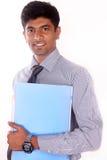事务、人们、财务和文书工作概念-在拿着文件夹的衣服的愉快的微笑的商人 库存照片