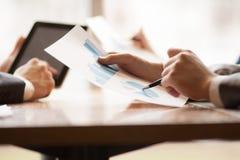 事务、人们、统计和配合概念-接近  免版税库存图片