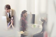 事务、办公室和起动概念-沮丧的创造性的队w 免版税库存图片