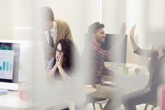 事务、办公室和起动概念-沮丧的创造性的队w 免版税图库摄影