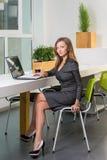 事务、技术和绿色办公室概念-有便携式计算机的年轻成功的女实业家在办公室 使用片剂的妇女 免版税库存照片