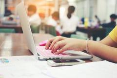 事务、教育、人们和技术概念-接近键入在便携式计算机键盘的女性手有被弄脏的e的 库存图片