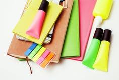 事务、教育和技术概念-接近笔记本,纸贴纸,书写在白色的另外材料 免版税库存照片
