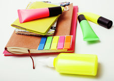 事务、教育和技术概念-接近笔记本,纸贴纸,书写在白色的另外材料 库存图片