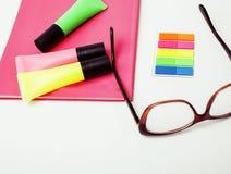 事务、教育和技术概念-接近笔记本,纸贴纸,书写在白色的另外材料 免版税图库摄影