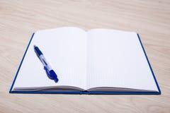 事务、教育或者创造性概念-有空白的笔记本 库存照片