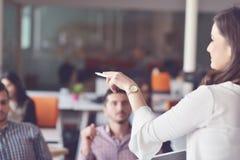 事务、起动、介绍、战略和人概念-介绍的女性与人在办公室 免版税库存照片