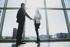 事务、配合、合作、合作和人概念-商人震动移交全景办公室窗口 库存照片