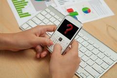 事务、Finanace图和手机有问号的 免版税库存图片