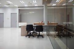事务办公室是空的并且有一块大清楚的玻璃 免版税库存照片