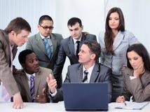 事务和办公室概念-微笑的事务合作工作  库存照片