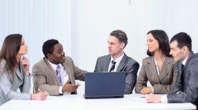 事务和办公室概念-微笑的事务合作工作  免版税库存照片