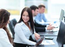 事务和办公室概念-微笑的事务合作工作  库存图片