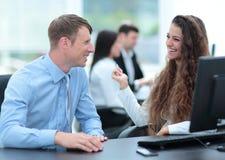 事务和办公室概念-微笑的事务合作工作  免版税图库摄影