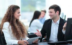 事务和办公室概念-微笑的事务合作工作  免版税库存图片