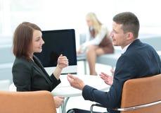 事务和办公室概念-微笑的事务合作工作  图库摄影