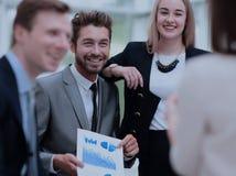 事务和办公室概念-微笑的事务合作谈论d 库存图片