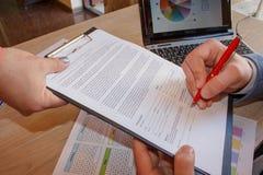 事务和办公室概念-接近与纸的商人 免版税库存照片