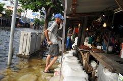 事务和平常一样是某些的准则卖主在Ram Inthra KM8市场上在曼谷, 2011年11月07日的泰国 免版税库存照片