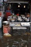 事务和平常一样是某些的准则卖主在Ram Inthra KM8市场上在曼谷, 2011年11月07日的泰国 免版税库存图片