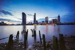 事务夜视图和胡志明市的管理中心西贡河岸的在微明下,越南 免版税库存照片