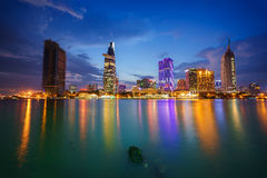 事务夜视图和胡志明市的管理中心西贡河岸的在微明下,越南 免版税图库摄影