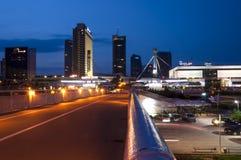 事务夜都市风景街市在维尔纽斯立陶宛 免版税库存图片