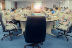 事务提出对同事的小组在会议室 v 库存图片