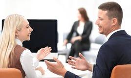 事务的成员合作谈论一个成功的企业介绍 免版税图库摄影
