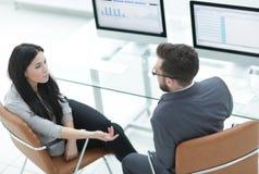 事务的成员合作谈论工作问题 图库摄影